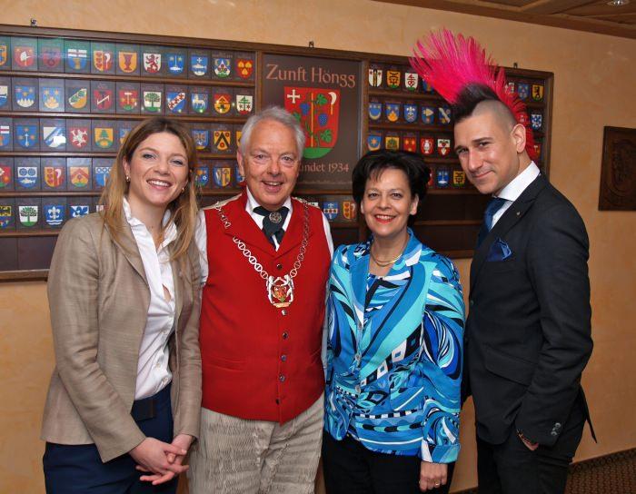 Zunftmeister Daniel Fontolliet mit seine Ehrengästen Nayla Stössel, Regierungsrätin Ursula Gut-Winterberger und Satiriker Andreas Thiel