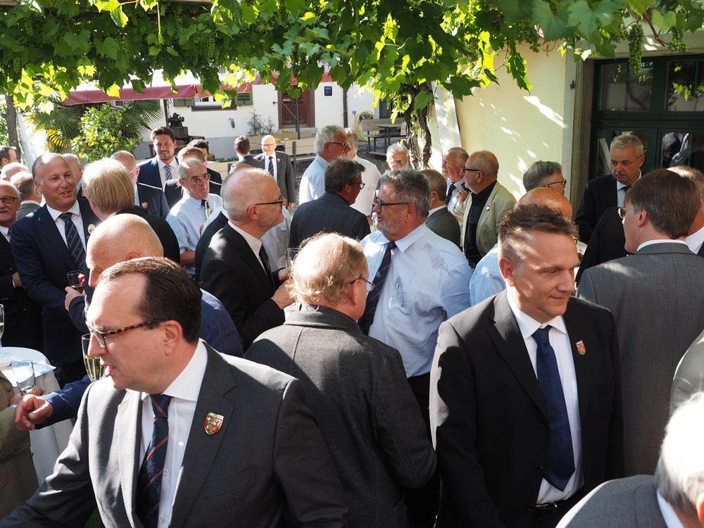 Die Mitglieder und die Gäste der Zunft Höngg bei der Besammlung zur Weinprobe.
